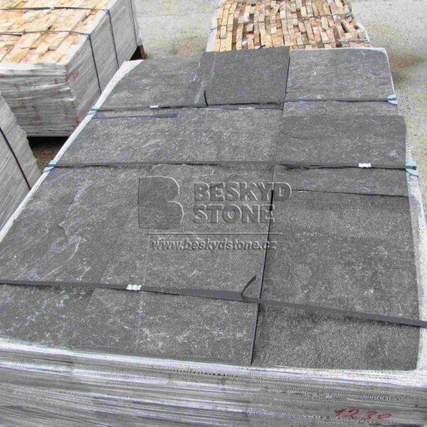 Kamenná dlažba formátovaná z černého Gneisu