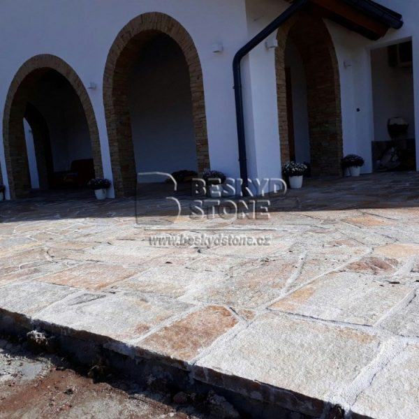 Kamenná nepravidelná pojezdová dlažba Gneis-rula medová