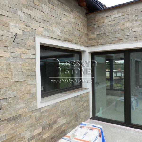 Kamenná fasáda domu-obkladový pásek gneis medový