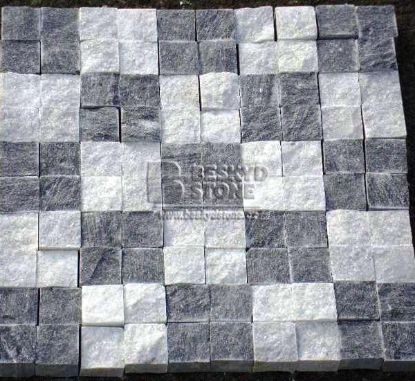 Řezaná kostka z mramoru šedá a bílá pro realizaci chodníků a teras