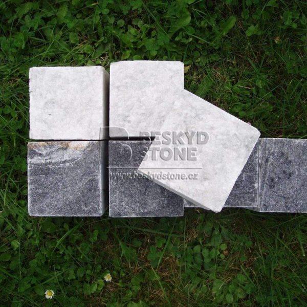 Kamenná řezaná kostka z mramoru šedá a bílá