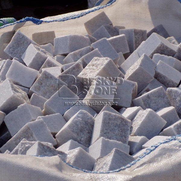 Kamenná řezaná kostka z bílého mramoru