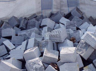 Kamenná řezaná kostka z šedého mramoru