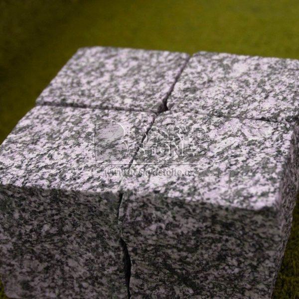Řezaná kostka černobílá ze sienitu